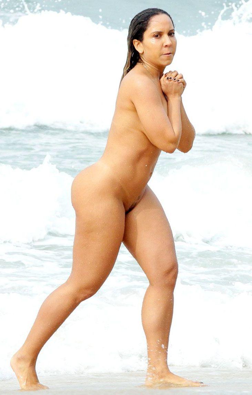 Renata Frisson pelada na praia mostrando a bunda e a bucetinha