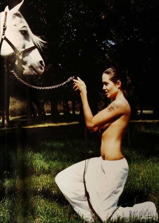 angelina-jolie-nua-cavalo-01